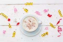 Filiżanka kawy z czekoladą na białym drewnianym stole Obraz Royalty Free