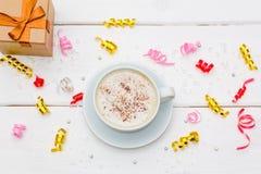 Filiżanka kawy z czekolady i prezenta pudełkiem na białym drewnianym stole Fotografia Stock