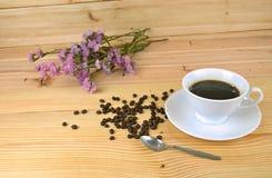 Filiżanka kawy z drewnianym tłem Obrazy Royalty Free