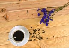 Filiżanka kawy z drewnianym tłem Zdjęcia Royalty Free