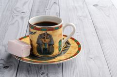 Filiżanka kawy z egipcjanów wzorami i słodkimi marshmallows na lekkim drewnianym tle obraz royalty free