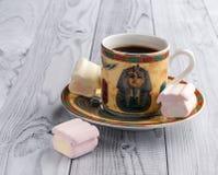 Filiżanka kawy z egipcjanów wzorami i słodkimi marshmallows na lekkim drewnianym tle zdjęcia stock
