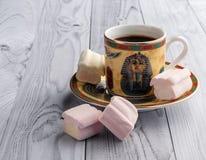 Filiżanka kawy z egipcjanów wzorami i słodkimi marshmallows na lekkim drewnianym tle zdjęcia royalty free