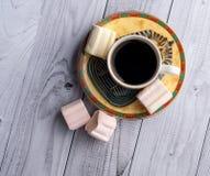 Filiżanka kawy z egipcjanów wzorami i słodkimi marshmallows na lekkim drewnianym tle zdjęcie stock