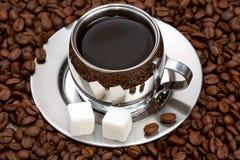 Filiżanka kawy z gomółek fasolami i cukierem obraz stock