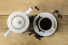 Filiżanka kawy z kawowym garnkiem i kawowymi fasolami obraz stock