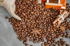Filiżanka kawy z kontrparą, kawowe fasole, czekoladowi kawałki, cinnam obraz stock