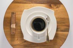 Filiżanka kawy z kubańskim cygarem od wierzchołka obrazy stock