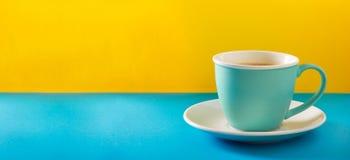 Filiżanka kawy z mlekiem w filiżance Zdjęcia Stock