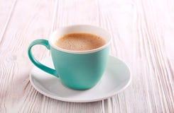 Filiżanka kawy z mlekiem w filiżance Zdjęcie Royalty Free