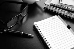 Filiżanka kawy z notatnikiem na biurku, miejsce pracy Zdjęcie Royalty Free