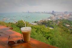 Filiżanka kawy z Pattaya plaży widokiem w pogodnym Fotografia Stock