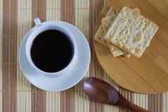 Filiżanka kawy z pszenicznym krakersem w śniadaniowym czasie Obraz Stock