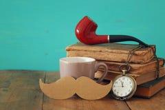Filiżanka kawy z rocznika father& x27; s akcesoria Father& x27; s dzień co Zdjęcie Royalty Free