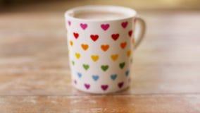 Filiżanka kawy z tęcza barwiącym serce wzorem zbiory wideo
