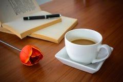 Filiżanka kawy z tulipanem i książką Zdjęcie Stock