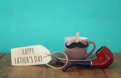 Filiżanka kawy z wąsy i dymienie drymbą Father& x27; s dnia conce Fotografia Royalty Free
