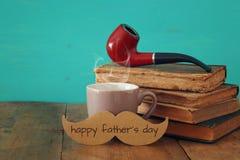 Filiżanka kawy z wąsy i dymienie drymbą Father& x27; s dnia pojęcie Fotografia Royalty Free