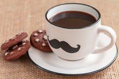 Filiżanka kawy z wąsy na burlap tle Movember obrazy royalty free