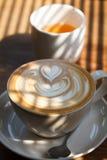 Filiżanka latte herbata z morring światłem i kawa Obrazy Royalty Free