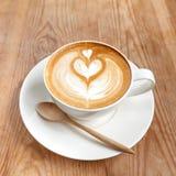 Filiżanka latte kawa na drewnianym obraz royalty free