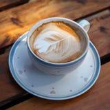 Filiżanka latte kawa na drewnianym fotografia stock