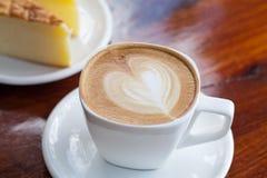 Filiżanka latte kawa z tortem fotografia stock