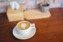 Filiżanka latte sztuki kawa z blured tłem Zdjęcia Stock
