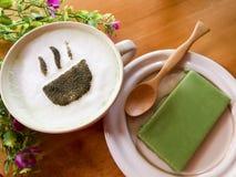 Filiżanka matcha zielonej herbaty latte sztuka z zielonej herbaty przekąską na drewnianym Zdjęcia Stock