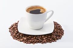 Filiżanka na kawowych fasolach Zdjęcia Royalty Free