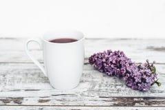 Filiżanka owocowa herbata na rocznika drewnianym stole z gałąź lily odgórny widok Zdjęcia Royalty Free
