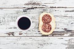 Filiżanka owocowa herbata z kanapką na rocznika drewnianym stole Zdjęcia Royalty Free