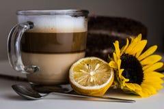 Filiżanka płatowata latte kawa fotografia stock