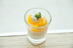 Filiżanka pomarańczowy panna cotta na stole Zdjęcia Royalty Free