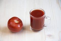 Filiżanka pomidorowy sok i cały pomidor Zdjęcie Royalty Free