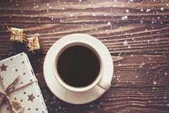 Filiżanka prezenta pudełek płatek śniegu na drewnianym tle, Bożenarodzeniowy tło zdjęcie royalty free
