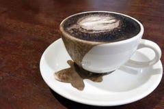 Filiżanka przelewu czerni kakao zdjęcie stock