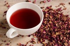 Filiżanka różana herbata na białym tle Fotografia Royalty Free