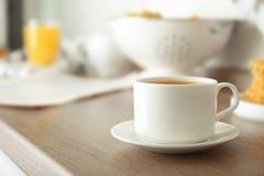 Filiżanka ranek herbata na stole obraz royalty free