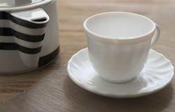 filiżanka rysujący ręka odizolowywający czajnika herbaty wektoru biel Fotografia Royalty Free