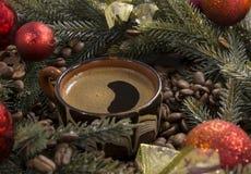 Filiżanka silna czarna kawa, kawowe fasole, gałąź boże narodzenia Zdjęcie Stock