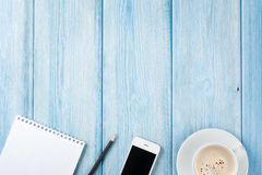 Filiżanka, smartphone i pustego miejsca notepad na drewnianym stołu bac, zdjęcia royalty free