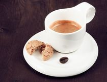 Filiżanka włoska kawy espresso kawa i biskwitowa pobliska kawowa fasola Fotografia Stock