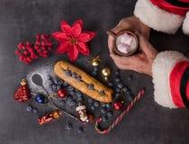 Filiżanka w rękach Święty Mikołaj i boże narodzenie składu wi obraz royalty free