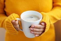 Filiżanka wyśmienicie latte w ręce Napoju pojęcie, styl życia, aut Obrazy Stock