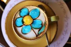 Filiżanka wypełniająca z fragrant napojem dato che wiele wieki, dajemy ludziom cheerfulnessArt kawie, cukierki, powiewna, silna k ilustracja wektor