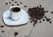 Filiżanka z świeżą kawą na burlap Zdjęcie Stock