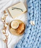 Filiżanka z cappuccino, croissant, błękitna pastelowa gigantyczna szkocka krata fotografia stock