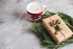 Filiżanka z Cappuccino prezenta pudełka Bożenarodzeniowej dekoracji wystroju nowego roku przyjęcia pojęcia Naturalnym rocznikiem obrazy royalty free