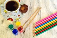 Filiżanka z ciastkami, farba, guasz, coloured ołówki na białym drewnianym płótnie zdjęcie stock